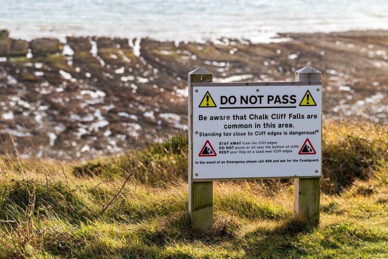 Varningstecken: ` Passerar inte `, fotografering för bildbyråer