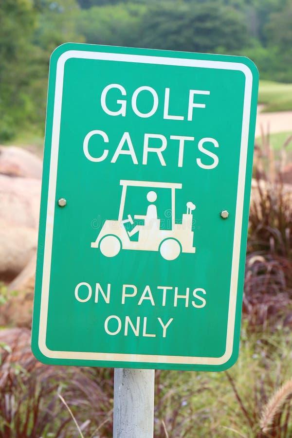 Varningstecknet av golfvagnar på banor endast, för skyddande gre royaltyfri fotografi