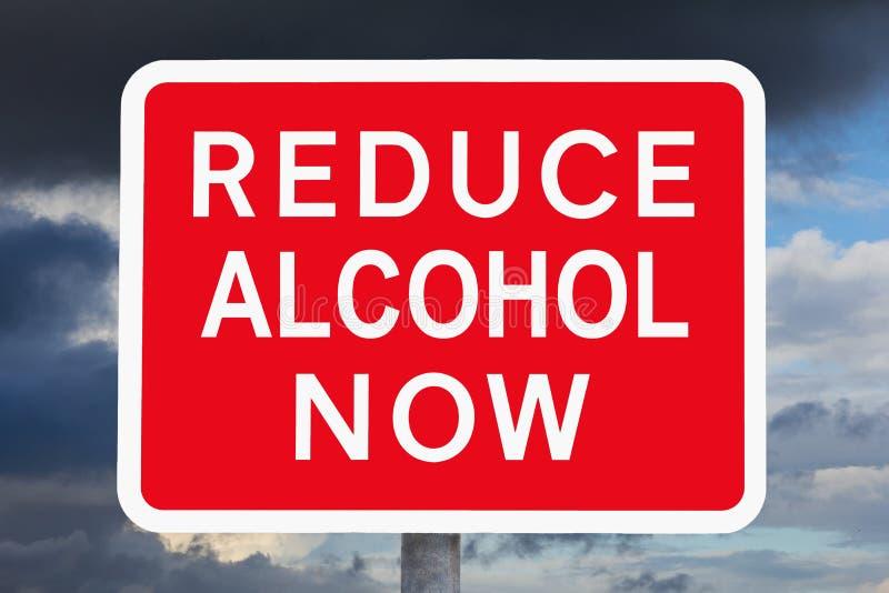 Varningstecknet FÖRMINSKAR ALKOHOL NU royaltyfri foto