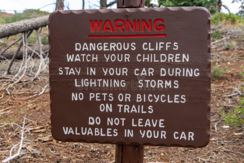 Varningstecknet som postas på Bryce Canyon National Park, informerar turister av brott och faror i området arkivfoton