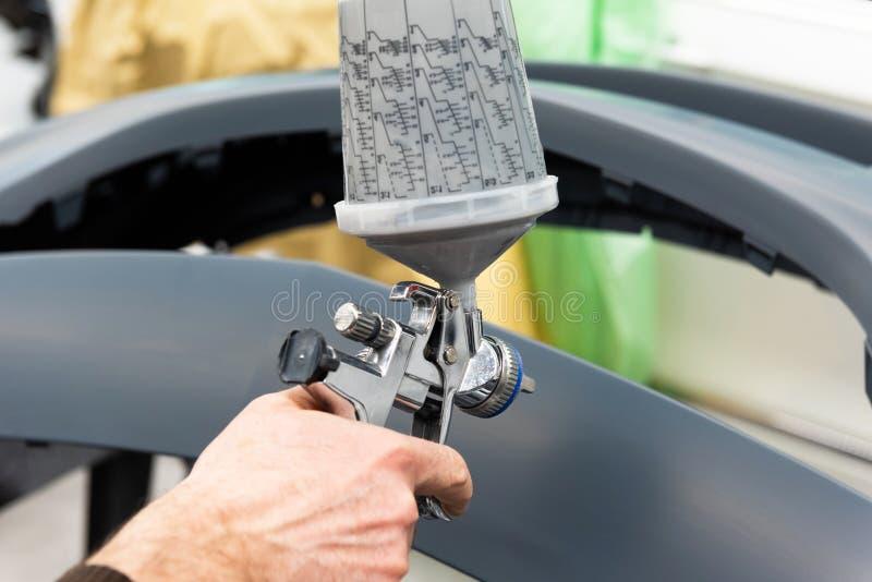 Varnisher professionnel de voiture au travail dans une station service - atelier de réparation de voiture de Serie photos libres de droits