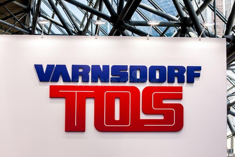 Varnsdorf Tos-Firmenlogo auf der Wand stockfotografie