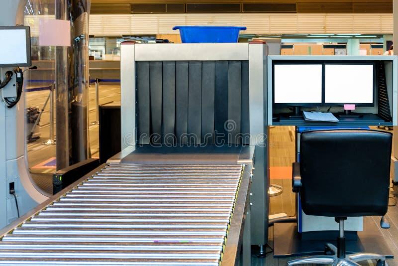 Varredor do raio X da bagagem no aeroporto foto de stock