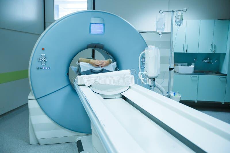 Varredor em um hospital, paciente do CT que está sendo feito a varredura fotografia de stock royalty free