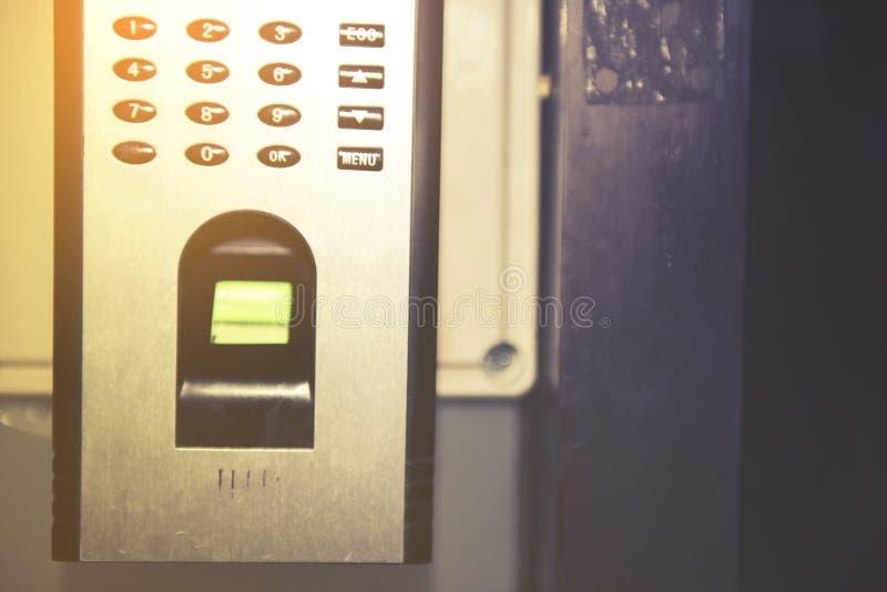 A varredura da impressão digital para destrava o sistema de segurança da porta fotos de stock royalty free
