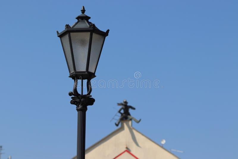 A varredura de chaminé no telhado da casa do klaipeda em lithuania foto de stock royalty free