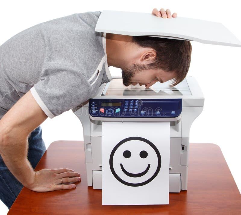 Varredura do sorriso masculino na copiadora imagens de stock