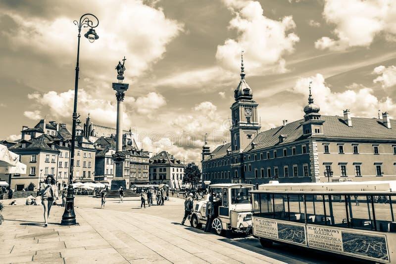 """Varsóvia, †do Polônia """"14 de julho de 2017: Plac Zamkowy - o quadrado do castelo em Varsóvia na cidade velha com palácio real fotografia de stock royalty free"""