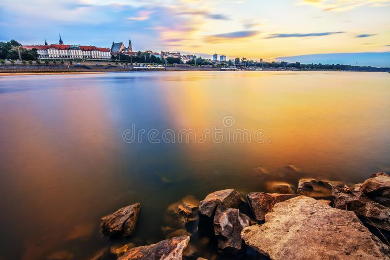 Varsóvia no tempo do por do sol com cores surpreendentes foto de stock