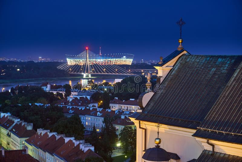 Varsóvia, Polônia - 11 de agosto de 2017: Bela vista aérea panorâmica noturna da praça Plac Zamkowy em Varsóvia, com edifício his fotos de stock royalty free