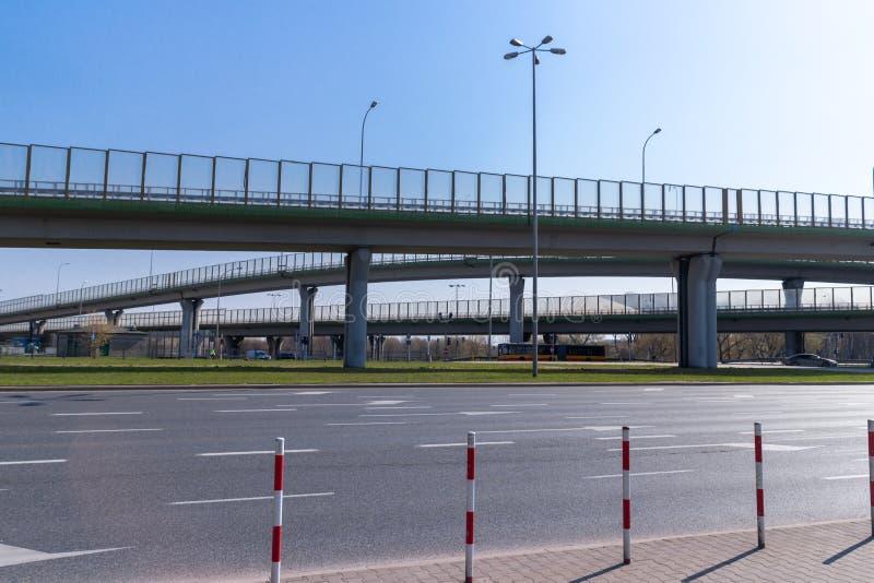 Varsóvia, Polônia - 6 de fevereiro de 2019: Estrada multinível da junção Vista da distância, a mais de baixo nível fotografia de stock