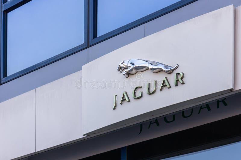 VARSÓVIA, POLÔNIA - 6 DE FEVEREIRO DE 2019: Sinal do logotipo do carro de Jaguar na frente da construção do negócio imagens de stock