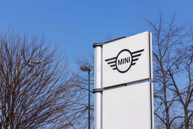 VARSÓVIA, POLÔNIA - 6 DE FEVEREIRO DE 2019: Sinal do negócio do automóvel de Mini Cooper foto de stock royalty free