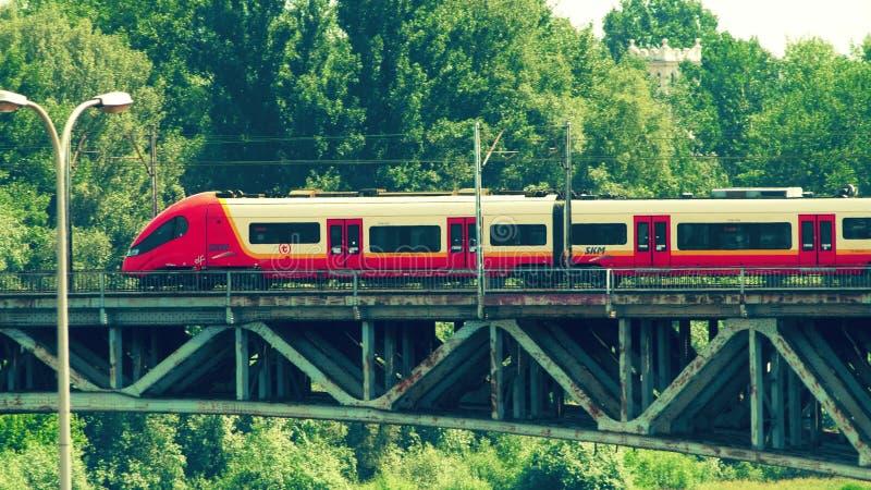 VARSÓVIA, POLÔNIA - 31 DE MAIO DE 2018 Trem moderno de SKM que move-se ao longo da ponte fotografia de stock royalty free
