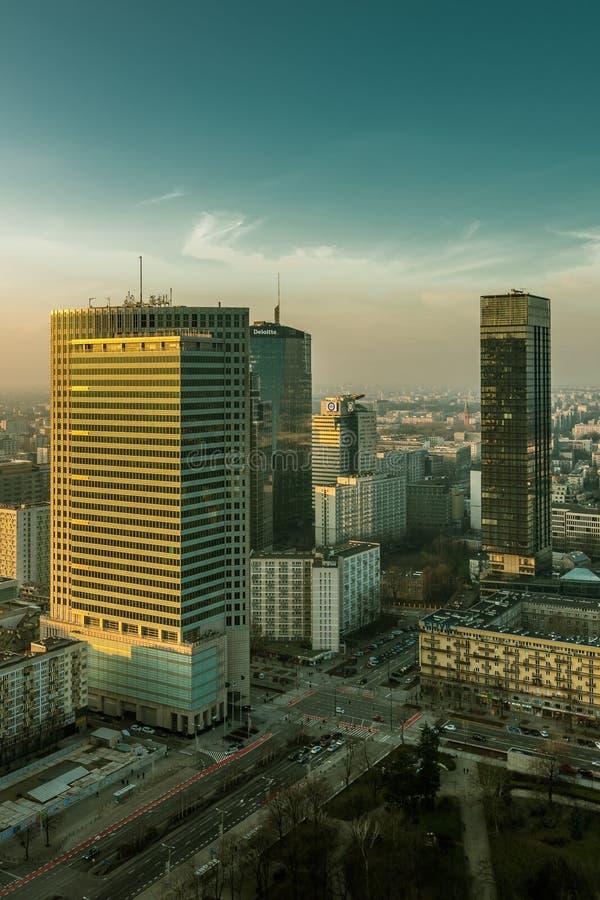 VARSÓVIA, POLÔNIA - DEC 27, 2017: quarto moderno da cidade do negócio Arranha-céus Centro financeiro de Varsóvia fotos de stock