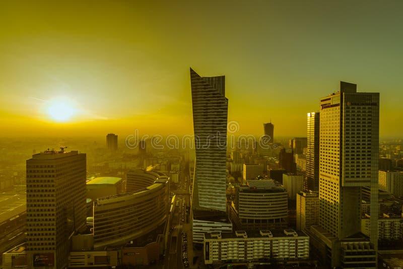 VARSÓVIA, POLÔNIA - DEC 27, 2017: vista superior de uma cidade moderna com os arranha-céus no crepúsculo da noite Por do sol alar imagens de stock