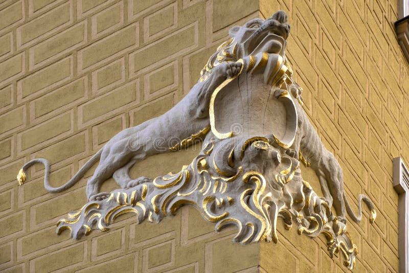 Varsóvia, Polônia - decoração dourada simbólica do leão do sob Lion House no mercado velho da cidade em Varsóvia foto de stock