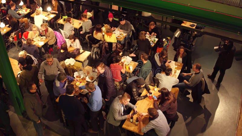 VARSÓVIA, POLÔNIA - DEZEMBRO, 21, 2016 Povos que comem no café Vista de cima do tiro imagens de stock royalty free