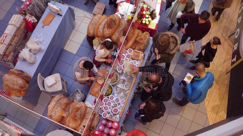 VARSÓVIA, POLÔNIA - DEZEMBRO, 18, 2016 Vista de cima do tiro da cabine da feira do Natal com pão e o pepino tradicionais imagens de stock royalty free