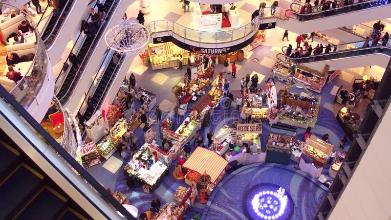 VARSÓVIA, POLÔNIA - DEZEMBRO, 18, 2016 Vista superior da venda e da feira do Natal no shopping moderno típico fotos de stock