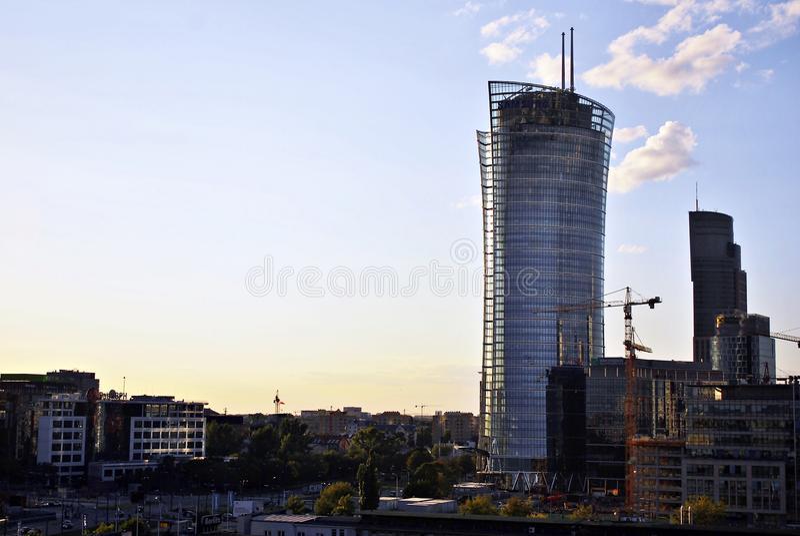 Varsóvia, Polônia 11 de agosto de 2016 Vista dos arranha-céus modernos no centro da cidade Skyline de Varsóvia fotografia de stock