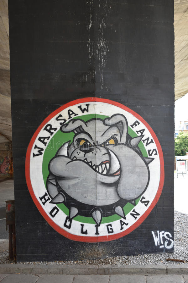 Varsóvia ventila os hooligan, grafittis com um buldogue dedicado aos fãs do clube do futebol de Legia Varsóvia foto de stock royalty free