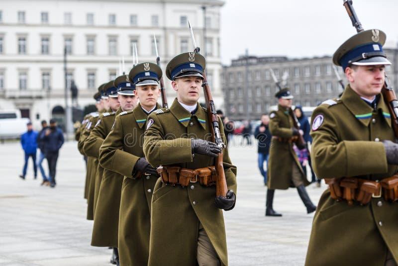 Vars?via, Pol?nia, o 17 de fevereiro de 2019: Soldados poloneses durante a mudan?a do protetor na sepultura de um soldado desconh fotografia de stock
