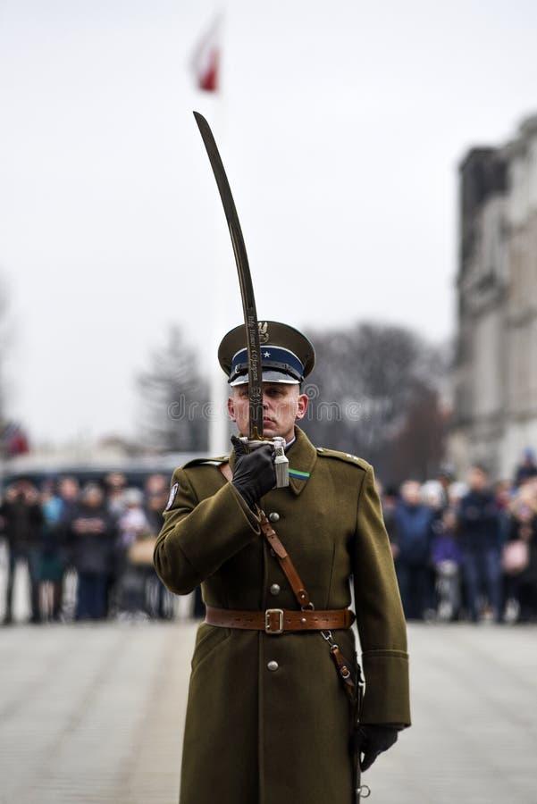 Vars?via, Pol?nia, o 17 de fevereiro de 2019: Soldados poloneses durante a mudan?a do protetor na sepultura de um soldado desconh fotos de stock