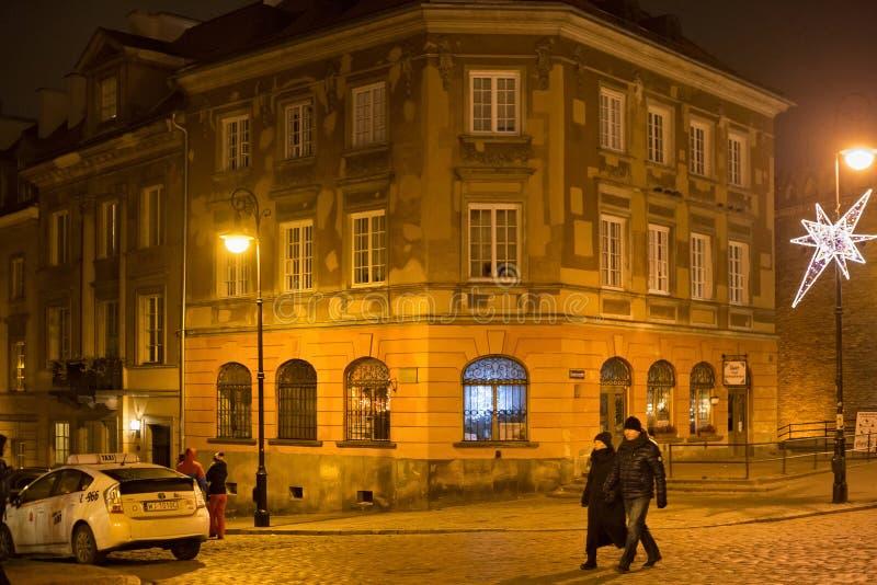 VARSAVIA, POLONIA - 1° GENNAIO 2016: Vecchia costruzione storica sulla via di Mostowa a Varsavia alla notte immagini stock