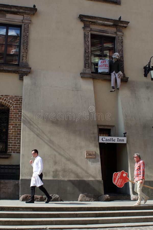 Varsavia, Polonia - 1? MAGGIO 2018: Scena divertente della via fotografia stock