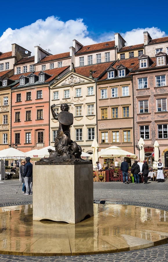 Varsavia, Polonia - 23 aprile 2017: Statua della sirena Syrenka - simbolo di Varsavia al quadrato del mercato di Città Vecchia co fotografia stock libera da diritti
