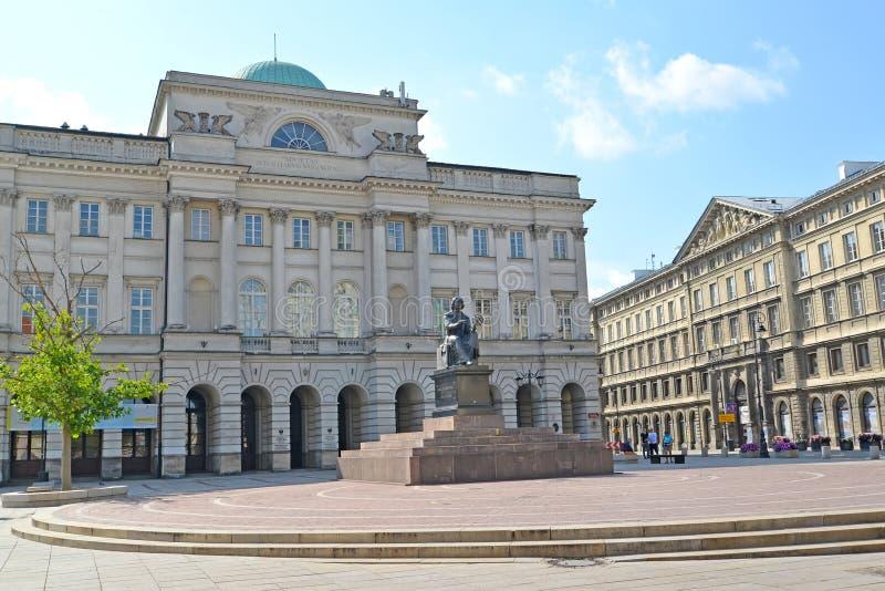 Varsavia, Polonia Costruzione dell'accademia polacca del palazzo del ` s di Stashits di scienze e del monumento a Nicolaus Copern fotografia stock