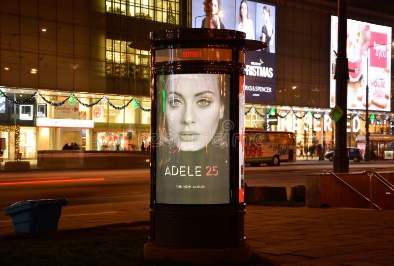 VARSAVIA, POLONIA 3 dicembre 2015 - AMS della colonna in manifesto Adele 25 - apparteniamo al gruppo dell'agora immagini stock