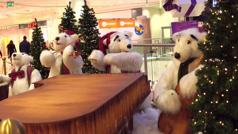 VARSAVIA, POLONIA - 18 DICEMBRE, 2016 Il Natale degli orsi polari del giocattolo lega come decorazione nel centro commerciale mod fotografia stock