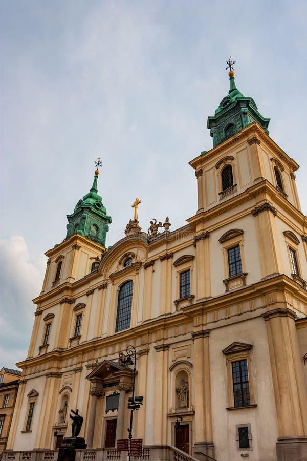 VARSAVIA, POLONIA - 12 GIUGNO 2012: Facciata della chiesa trasversale santa a Varsavia fotografia stock