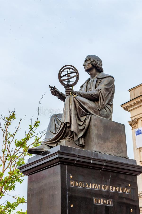 VARSAVIA, POLONIA - GIUGNO 2012: Statua di Copernicus fotografie stock