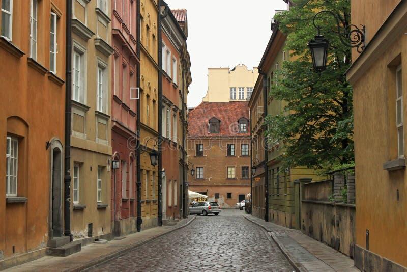VARSAVIA, POLONIA - 12 MAGGIO 2012: Vista delle costruzioni storiche nella vecchia parte del capitale di Varsavia ed in pi? grand immagini stock