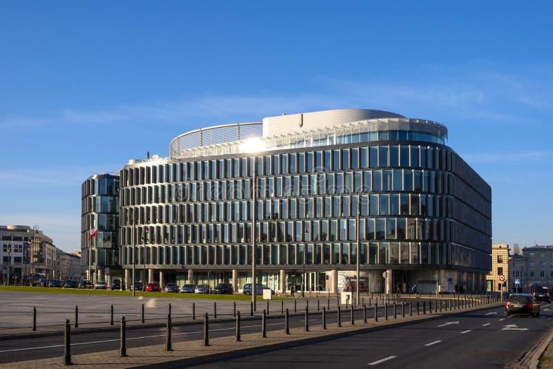 Varsavia, Polonia - progettazione metropolitana modernista dell'edificio per uffici fotografia stock