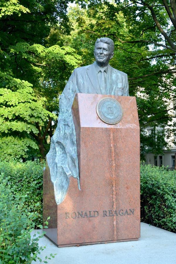 Varsavia, Polonia Un monumento a U S Presidente Ronald Reagan sul viale di Uyazdovskaya immagine stock libera da diritti