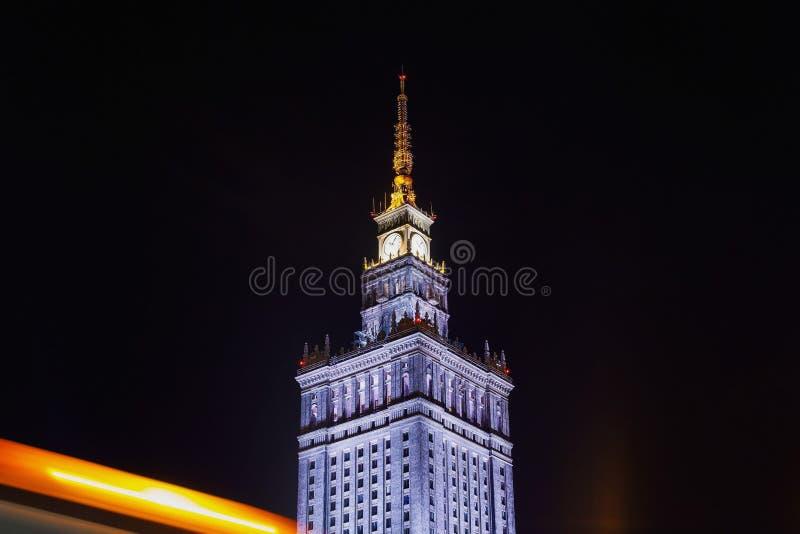 Varsovia en la noche palacio de la cultura y de la ciencia imagenes de archivo
