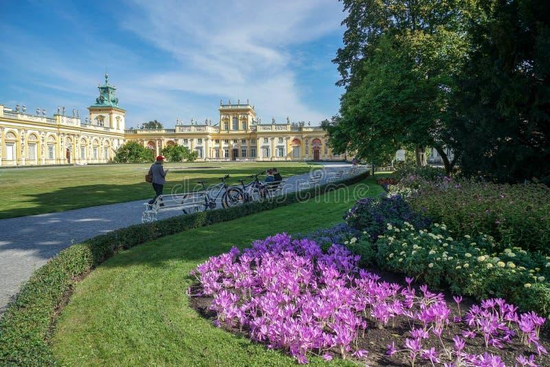 VARSOVIA, POLAND/EUROPE - 17 DE SEPTIEMBRE: Acercamiento a Wilanow Palac fotos de archivo