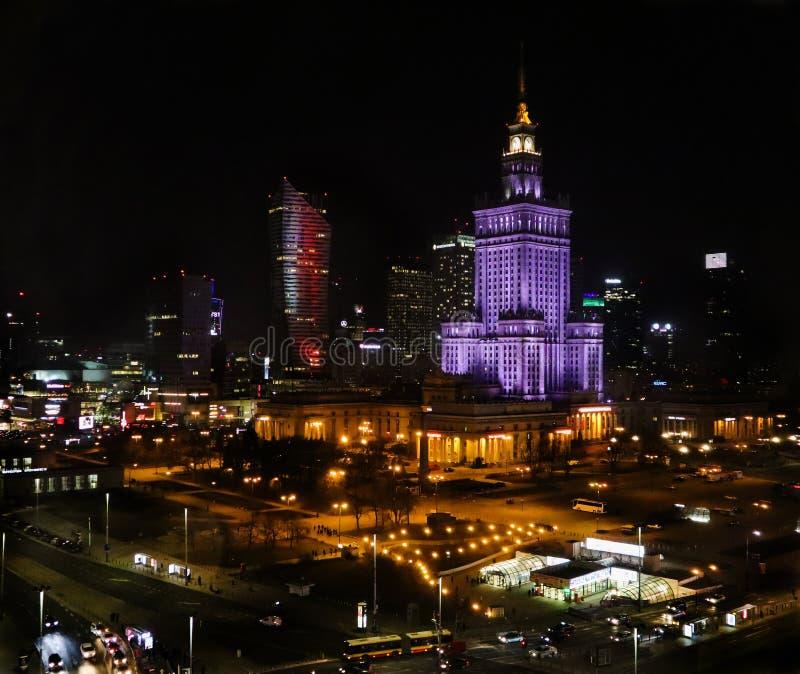 Varsovia, Polonia Centro de la visión aérea de la ciudad en la noche Palacio de los rascacielos de la cultura y de la ciencia y d imágenes de archivo libres de regalías