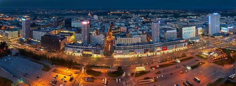 Varsovia, Polonia - 27 de agosto de 2016: Vista panorámica aérea al centro de la ciudad de la capital polaca por noche, del palac fotografía de archivo libre de regalías