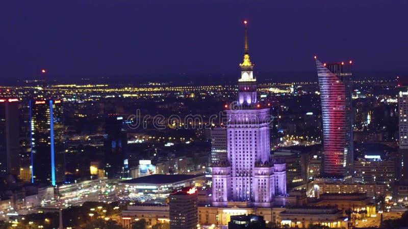VARSOVIA, POLONIA - 26 DE AGOSTO DE 2017 Palacio tiro aéreo de la noche de la cultura y de la ciencia fotografía de archivo