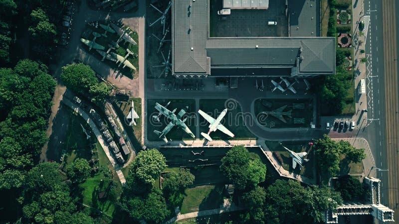 VARSOVIA, POLONIA - 5 DE JULIO DE 2018 Vista aérea de la exposición militar en Muzeum Wojska Polskiego o museo del polaco imagen de archivo libre de regalías