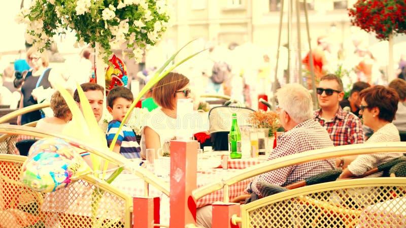 VARSOVIA, POLONIA - 10 DE JUNIO DE 2017 Terraza del verano de un restaurante de la familia en ciudad vieja imágenes de archivo libres de regalías