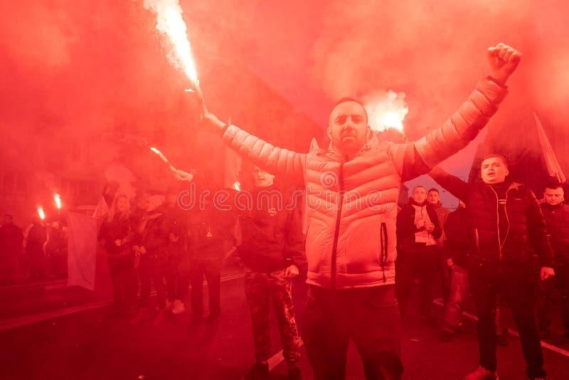 Varsovia, Polonia - 11 de noviembre de 2018: 200 000 participaron en la independencia marzo en el 100o aniversario de la independ imagen de archivo
