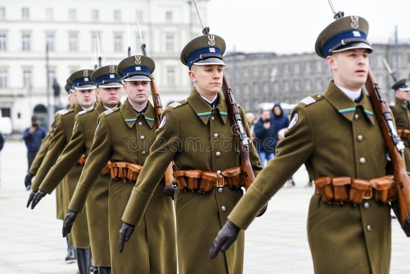Varsovia, Polonia, el 17 de febrero de 2019: Soldados polacos durante el cambio del guardia en el sepulcro de un soldado desconoc foto de archivo libre de regalías