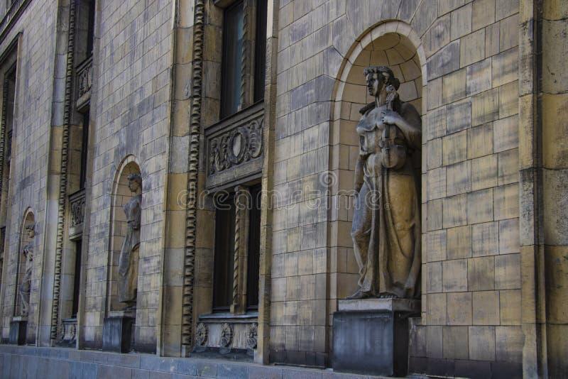 Varsovia, Polonia, el 10 de marzo de 2019: Esculturas a lo largo de las paredes del palacio de la cultura y de la ciencia, Varsov fotos de archivo