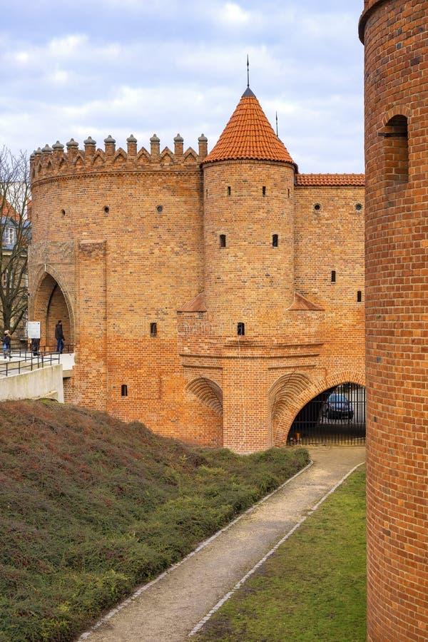 Varsovia, Polonia - la barbacana - puesto avanzado fortificado semicircular del siglo XVI con las paredes de la defensa y los for imagenes de archivo